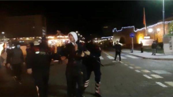 Protestë në Elbasan për vrasjen e Klodian Rashës, Taulant Balla bisedon me protestuesit