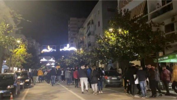 Vrasja e Klodian Rashës, protestë në Durrës, të rinjtë mblidhen para godinës së policisë