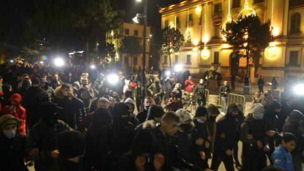 Protesta e pestë, policia arreston 4 persona, procedon penalisht 46 të tjerë