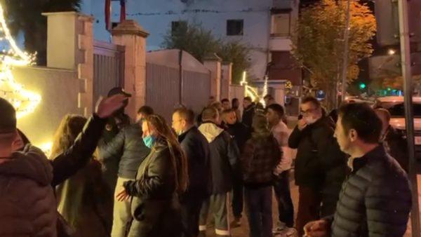 Protesta në Durrës, policia shoqëron në komisariat me dhjetëra persona