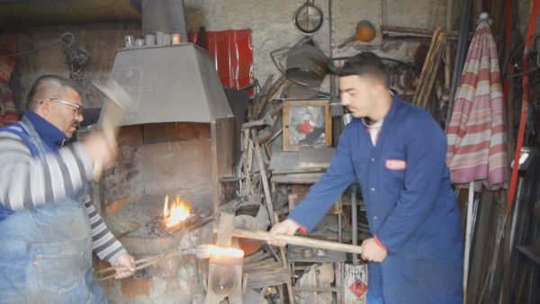 Kovaçi Shahini, me zanatin e trashëguar mban me bukë familjen