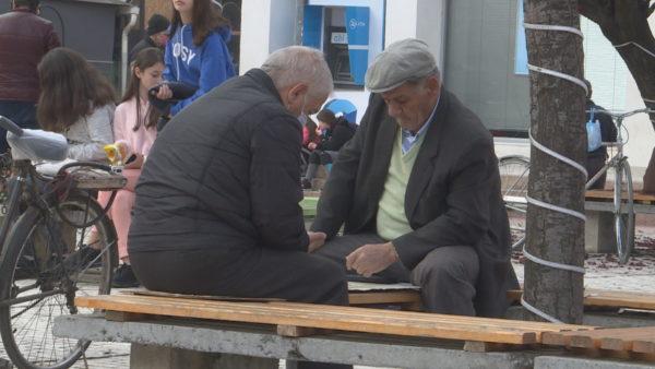 Shpërblimi i fundvitit, pensionistët: Na japin bonus, por çmimet rriten