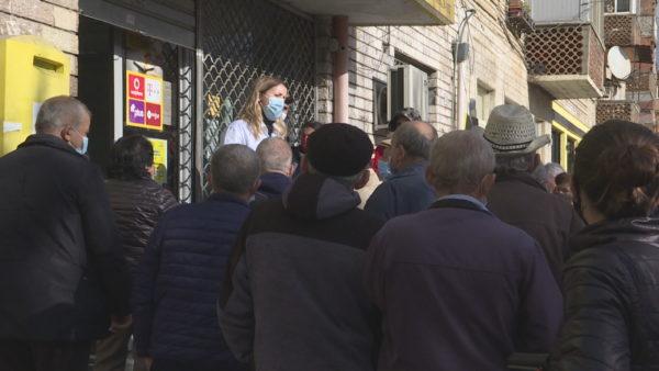 Grumbullimet nëpër posta, pensionistët: Nuk na i sjellin lekët në shtëpi, detyrohemi të vijmë vetë