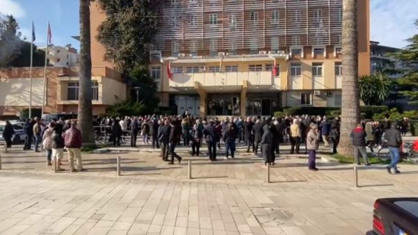 Aplikimet për dëmshpërblimet në Durrës, vijojnë për të dytën ditë radhët e gjata para prefekturës