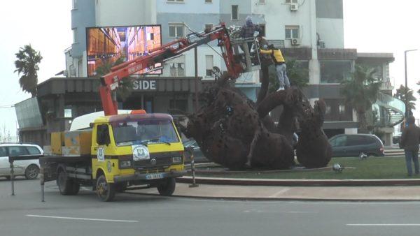 Vijon era e fortë në Durrës, rrëzohet statuja e Redonit