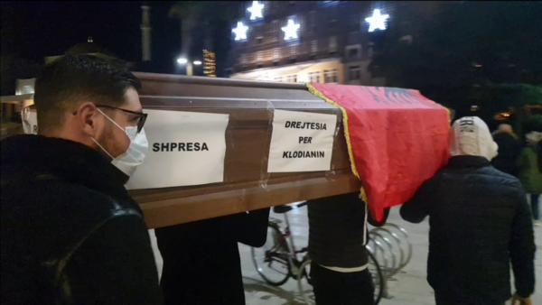 """Protesta atipike në Durrës, arkivol me """"drejtësinë e vdekur"""""""