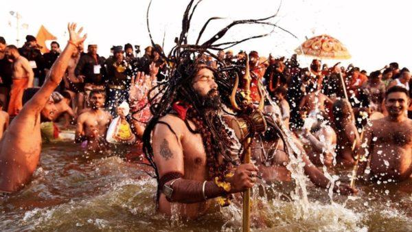 """India me 10 milionë të infektuar, por milionë besimtarë lahen së bashku në lumin e """"shenjtë"""""""