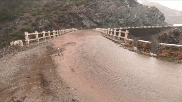 Moti i keq, dëmtohet një segment i rrugës nacionale në Kukës