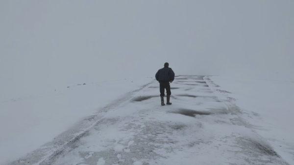 5 orë rrugë në dëborë për të shkuar në fshatin e harruar