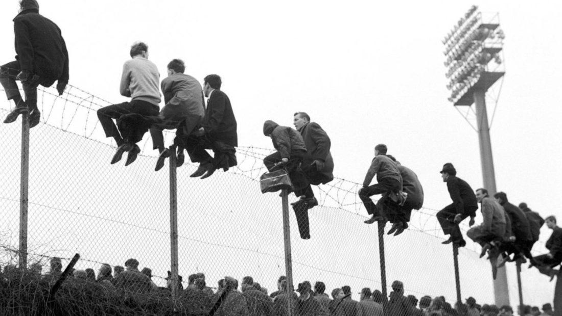 Te telat me gjemba mbi vinç apo në majë të pemës vendet më ekstreme të tifozëve të futbollit 1100x620