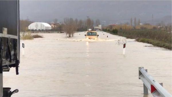 Reshjet nxjerrin jashtë shtratit lumin Gjadër, izolohen shumë fshatra