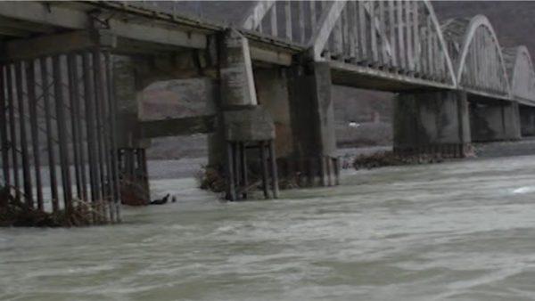 """Përmbytjet në Lezhë, 30 familje të evakuara, 2600 ha tokë nën ujë, dëmtohet """"Ura e Zogut"""""""