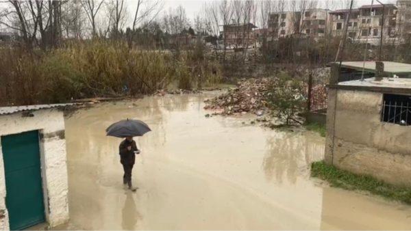Lumi Erzen del nga shtrati, 13 familje të izoluara në Shijak, dëmtohet tubacioni që i furnizon me ujë të pijshëm