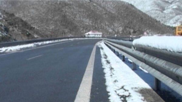 Dëborë në Librazhd dhe Qafë Thanë, disa fshatra pa energji elektrike