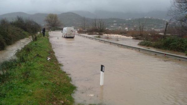 Reshjet e dendura, lumi i Bistricës del nga shtrati