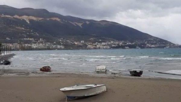 Moti i keq, pezullohet lundrimi i varkave të vogla dhe anijeve të peshkimit në Vlorë