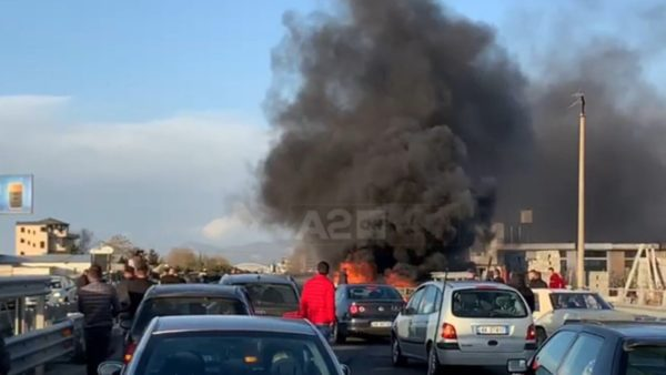 Aksident i rëndë në Laç, makina përplaset me trafikndarësen dhe përfshihet nga flakët