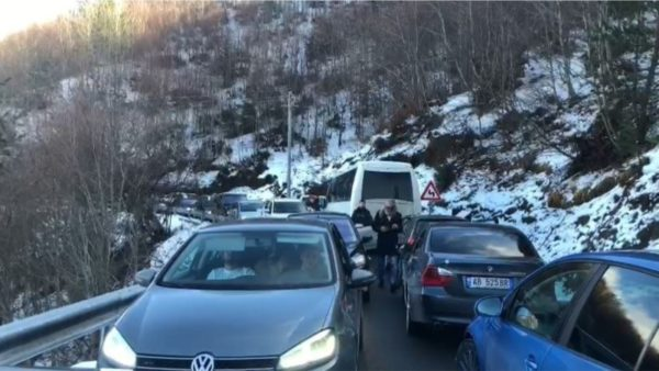 Mbi 100 automjete në radhë në aksin Boboshticë-Dardhë