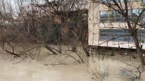 Moti i keq, lumi Erzen rrezikon të dalë nga shtrati