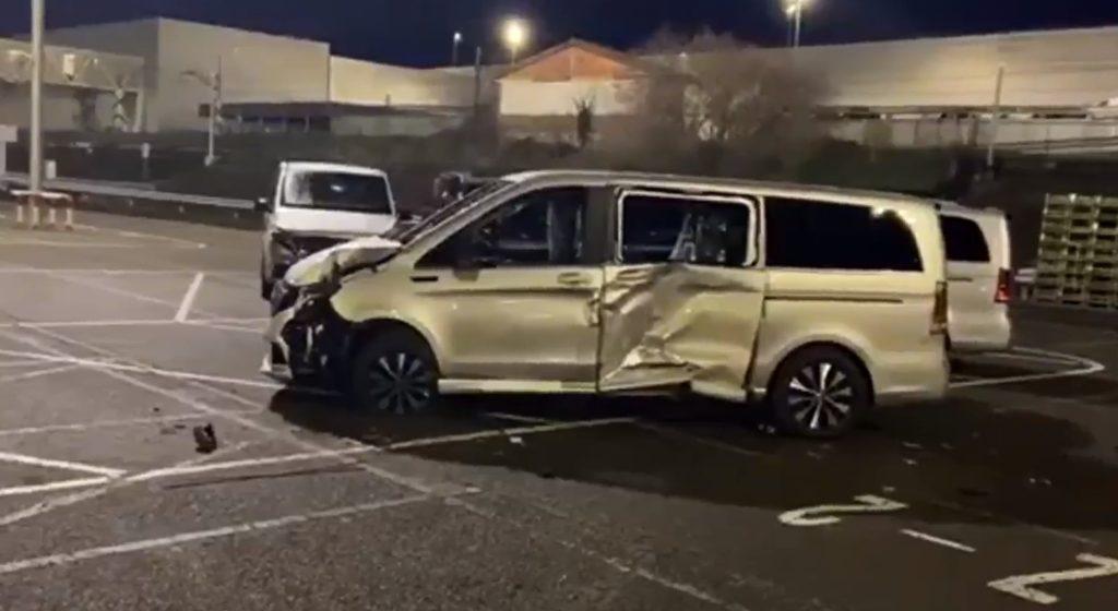 Mercedesi e pushon nga puna, shkatërron 50 furgonë të kompanisë për hakmarrje