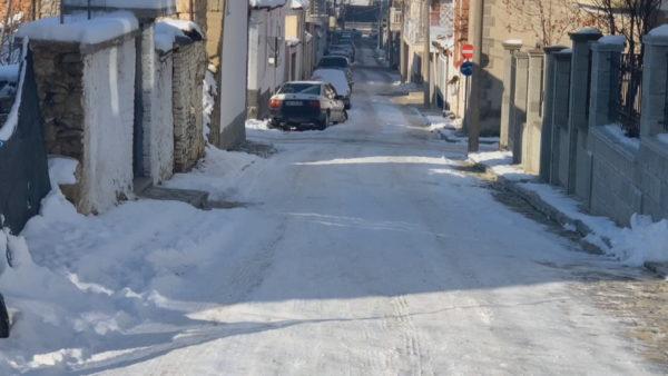 Korçë, rrugicat e ngrira, akulli rrezikon banorët