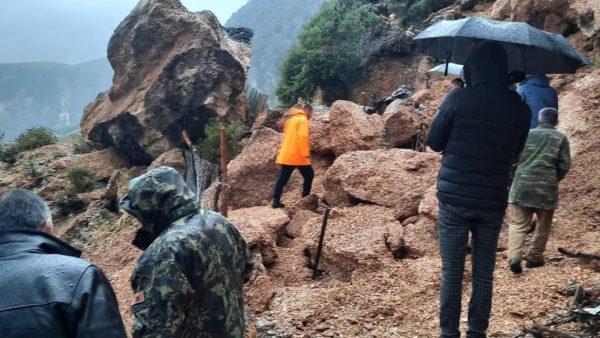Shkëputet masivi shkëmbor në Vlorë, dëmtohet stani me bagëti