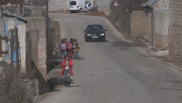 S'ka trotuare dhe sinjalistikë, rruga në Kukës burim aksidentesh, rrezikohen edhe nxënësit