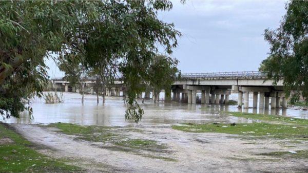 Reshje të dendura shiu, përmbytet një pjesë e zonës pranë urës së Mifolit në Vlorë