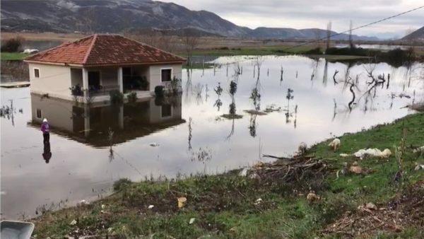 """Torovicë, përmbytjet dhe rrëshqitjet e dheut kërcënojnë banesat, banorët """"në qiell të hapur"""""""