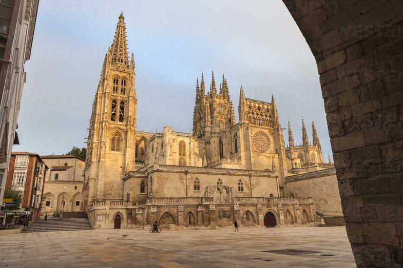 Mijëra spanjollë kundër dyerve të reja në Katedralen 800-vjeçare
