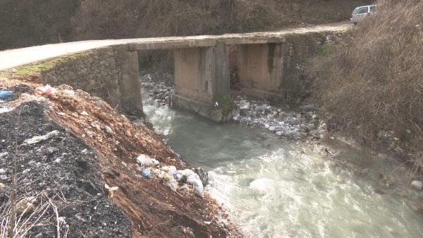 Apeli i banorëve në Bushat, ura e dëmtuar e pa mbrojtëse, rrezik për jetën