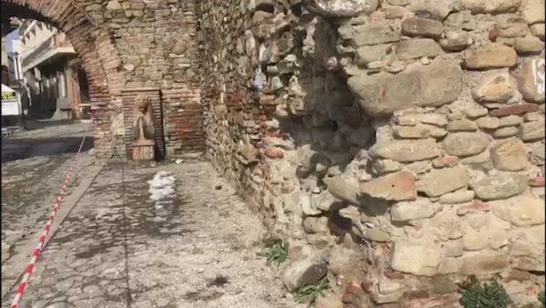 Elbasan, ngricat dëmtojnë kalanë e qytetit, bien gurët e murit