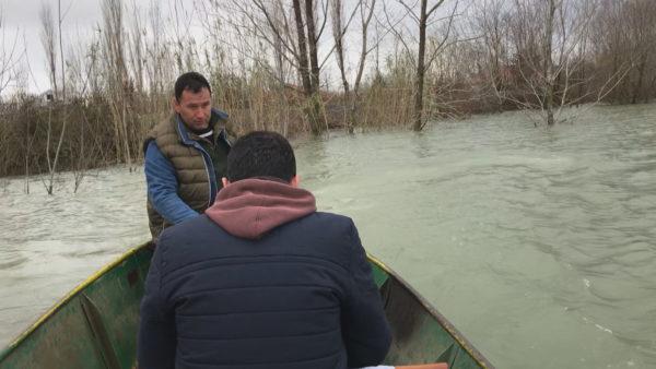 Fermeri i Shieqit, me varkë për të parë tokat me vreshta