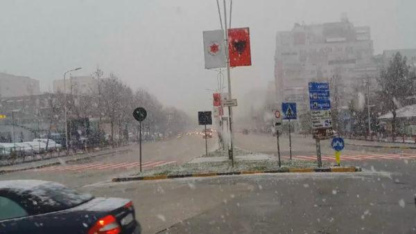 Dëbora do të mbulojë Tiranën dhe Durrësin, ngrin vendi