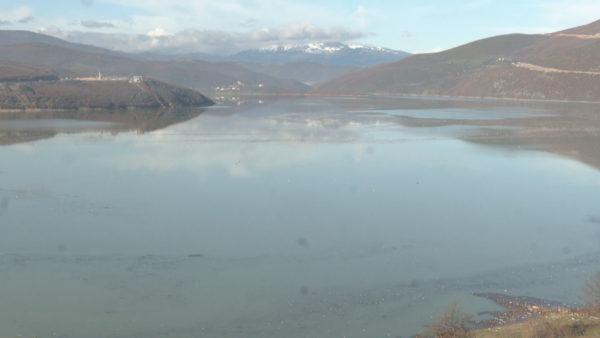 Shtimi i prurjeve, liqeni i Fierzës mbushet me mbetje plastike e drusore
