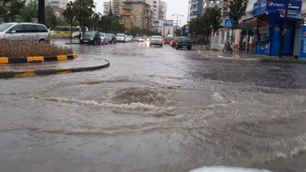 Moti i keq në Elbasan, rënie inertesh në akse rrugore, disa fshatra pa energji elektrike