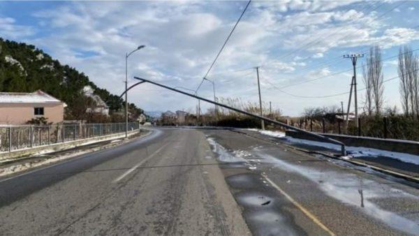 Moti i keq në Lezhë, rrëzohen shtyllat e energjisë elektrike