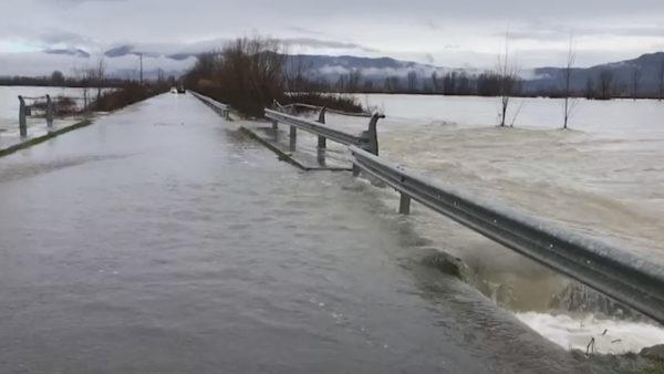 """""""Bllokohet"""" Dajçi, rëndohet situata e përmbytjeve në Shkodër"""