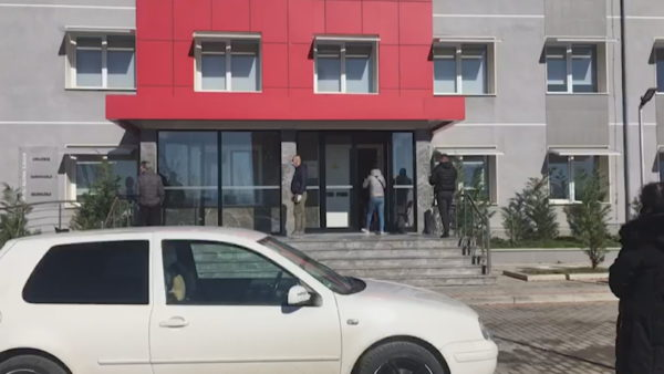 """Nisin shtrimet edhe në """"Covidin"""" e Elbasanit, 13 persona në dy ditë"""