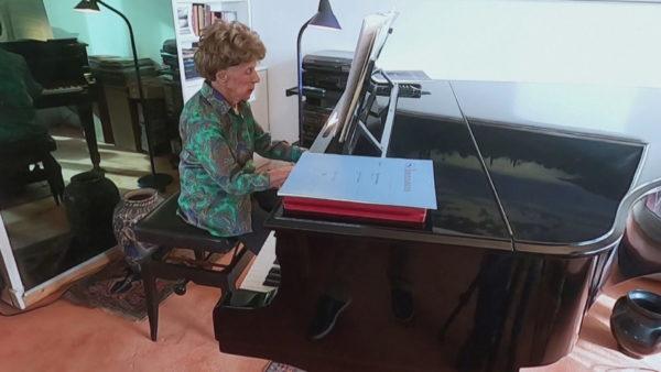106-vjeçarja nuk ndahet dot nga piano, punon edhe gjatë karantinës