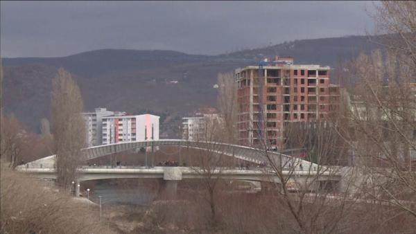 """""""Ia dalim vetë"""". Mitrovica provon të organizojë zgjedhje pa OSBE, presionet ndaj votuesve në Veri mbeten ende sfidë"""