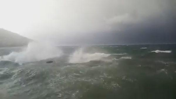 """Moti i keq në Vlorë, """"tërbohet"""" deti, pezullohen lundrimet"""