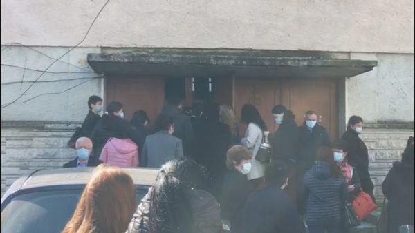 Në pritje të vaksinimit, në Vlorë krijohen radhë për të marrë dozën e parë