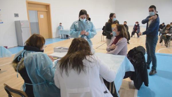 Vaksinimi në Elbasan, drejtori i kujdesit parësor: Mësuesit të konsultohen me mjekët para injektimit