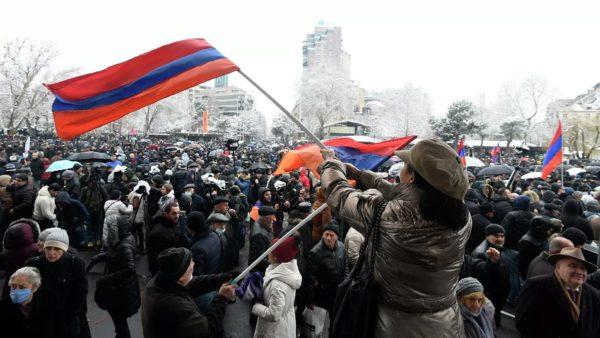 """Kërkohet dorëheqja e kryeministrit, protestuesit """"pushtojnë"""" godinat qeveritare në Armeni"""