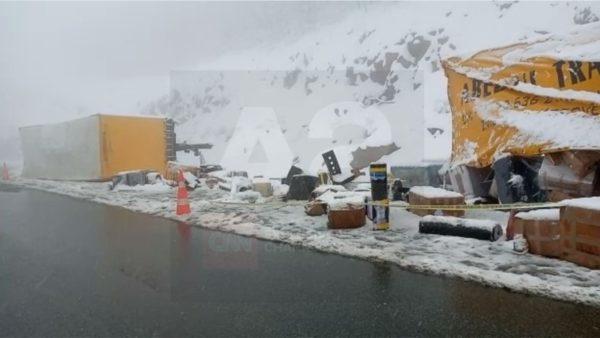 Reshje të dendura dëbore në Kukës, aksidentohen dy kamionë