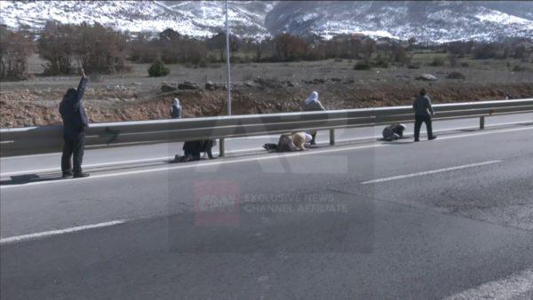 Mungojnë mbikalimet në Rrugën e Kombit, në Morinë ecin me kilometra për të kaluar rrugën