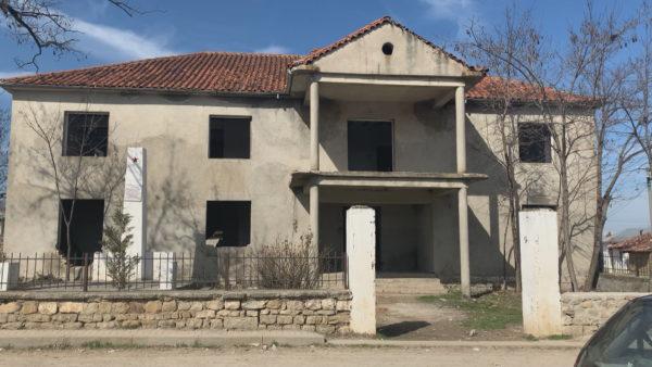 Është lënë si ngrehinë, shtëpia e harruar muze e Dritëro Agollit në Menkulas