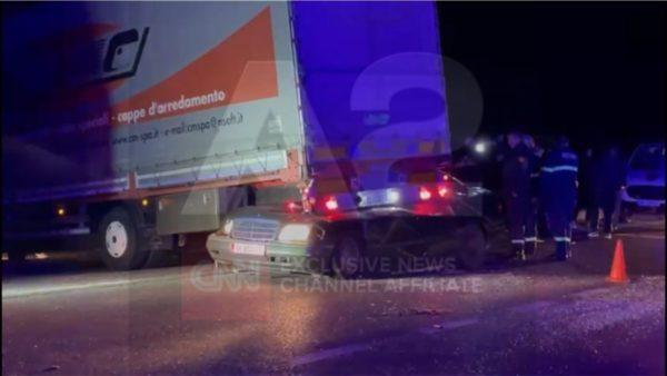 Aksident në Shkodër, makina përfundon poshtë kamionit, një i vdekur