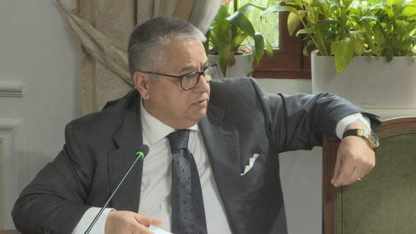 Bashkim Fino, politikani karizmatik që drejtoi vendin kur të gjithë u larguan